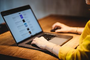 Person arbeitet am Laptop